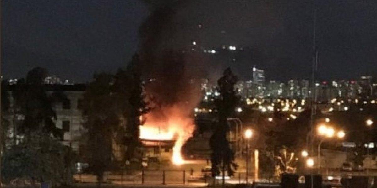 Incendio en antiguas dependencias de maternidad del Hospital Barros Luco moviliza a Bomberos