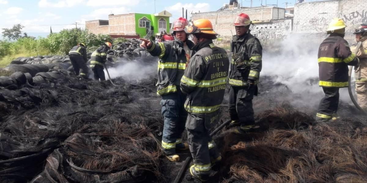 Roban a bomberos tapatíos mientras atendían incendio de llantera