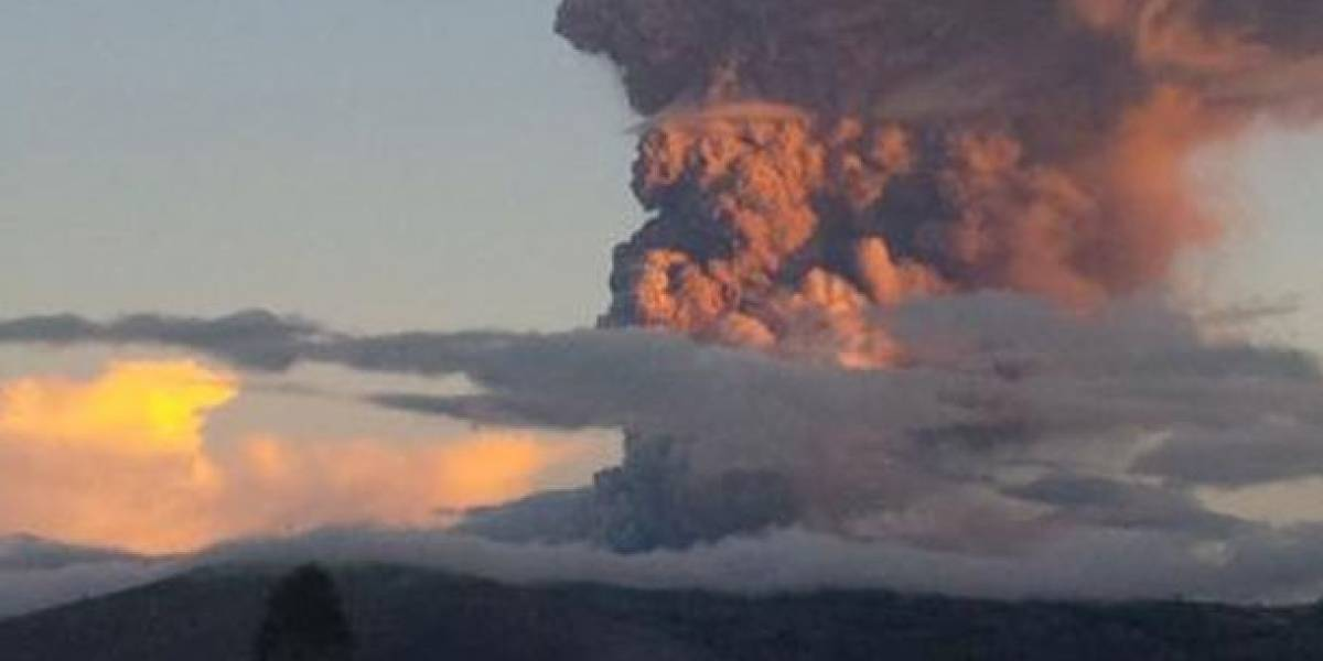 Volcán Reventador expulsa gases y ceniza a 900 metros del cráter