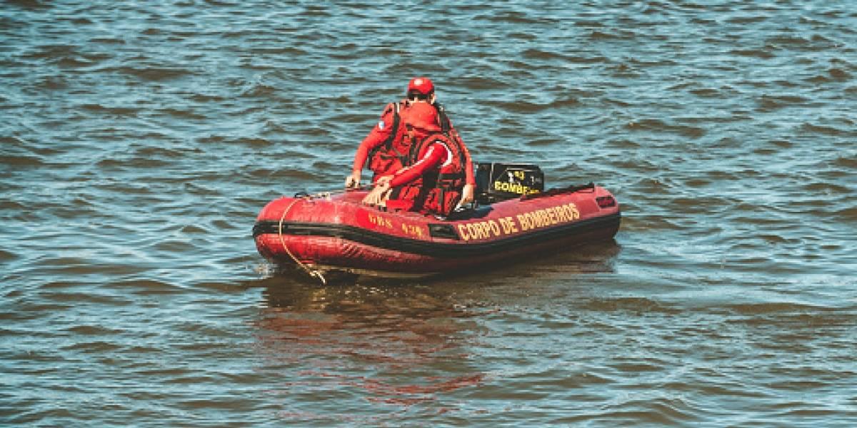 """La preocupación terminó en risas y selfies: alertan a rescatistas tras """"cadáver"""" flotando en río y realizan sorprendente hallazgo"""