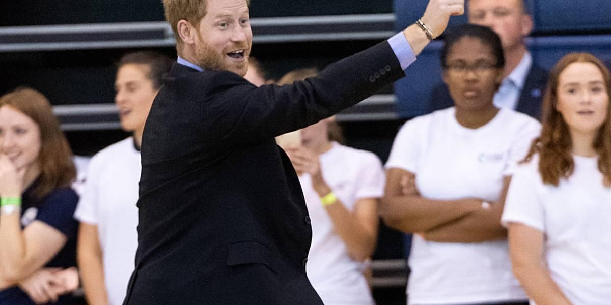 """Video: El príncipe Harry fue sorprendido cometiendo un divertido """"robo"""""""
