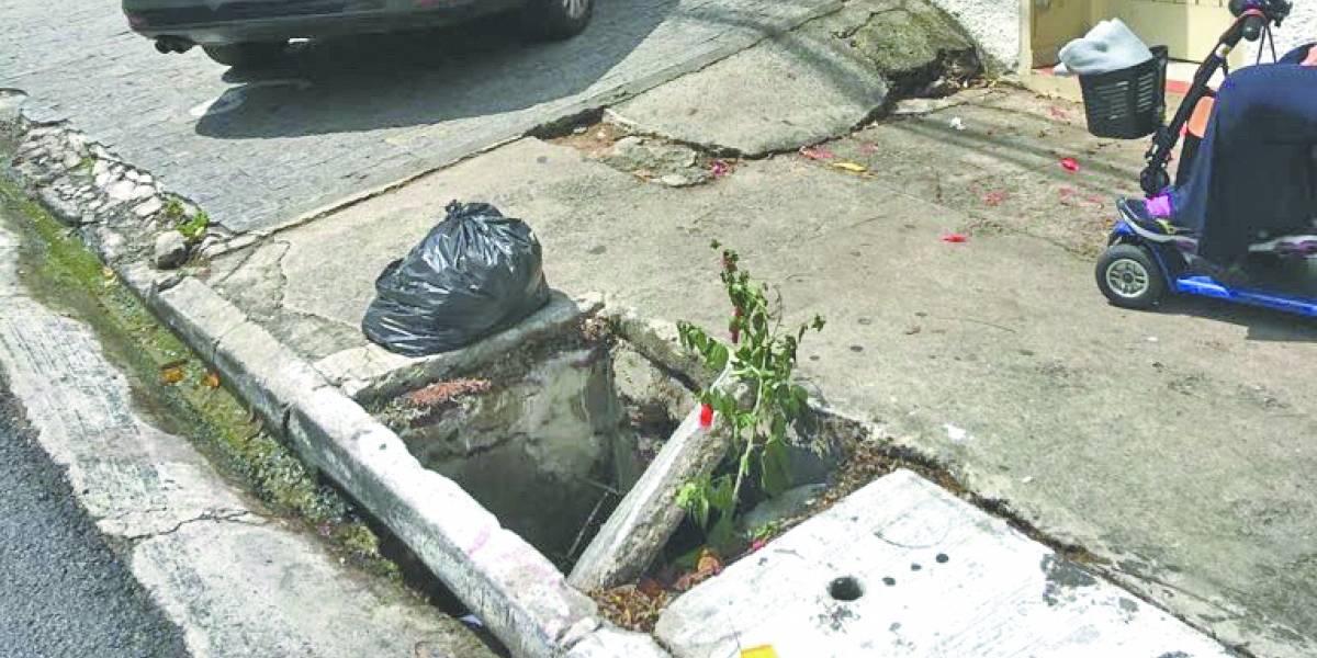 Bueiro quebrado em calçada atrapalha pedestres no Itaim Bibi