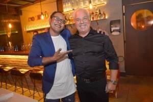 O chef Harum Katharian e Marcelo Neto eram só alegria na inauguração do Cosmô