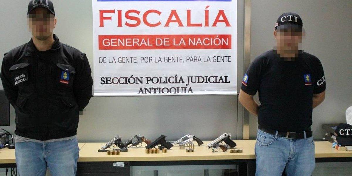 Descubren arsenal de armas escondido en parqueadero público