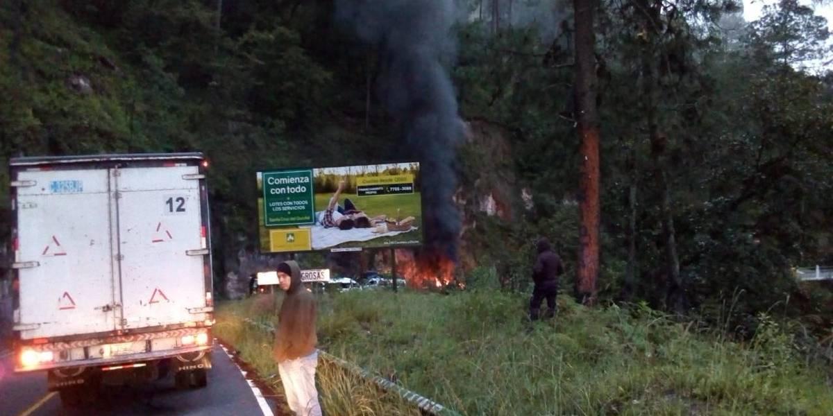 Transportistas realizan bloqueos en Quiché para exigir reparación de carreteras