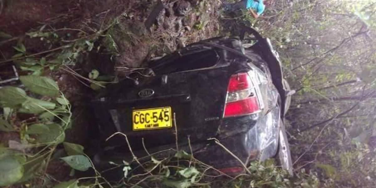 En aparatoso accidente, camioneta rodó 200 metros por un abismo
