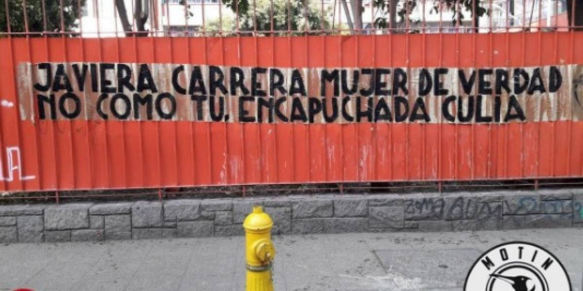 """Organización de estudiantes """"empapeló"""" con mensajes de odio y homofobia los liceos emblemáticos de Santiago"""