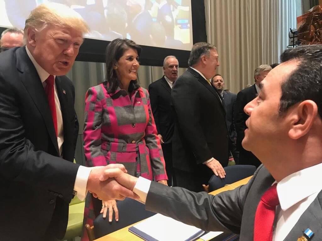 Jimmy Morales, presidente de Guatemala, saluda al mandatario de Estados Unidos, Donald Trump, en Nueva York. Foto: Gobierno de Guatemala