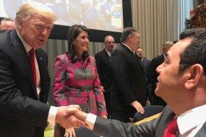 Jimmy Morales, presidente de Guatemala, saluda al mandatario de Estados Unidos, Donald Trump, en Nueva York.
