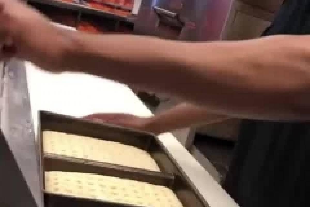 ¡Muy desagradable! cocinero escupió una pizza y quedó grabado
