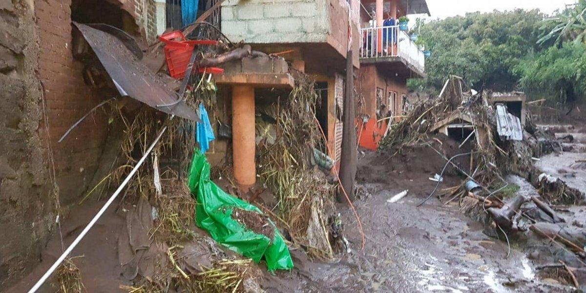 Sube a 6 el número de muertos por desbordamiento de río en Peribán, Michoacán