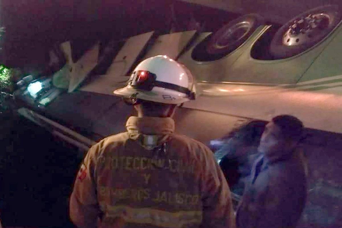 Volcadura de un autobús de pasajeros envía a 40 personas al hospital