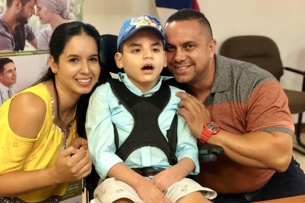 En la foto, Elizabeth Miranda y Raúl Rodríguez, junto a su hijo Ryan de 8 años, diagnosticado con epilepsia y paciente de cannabis medicinal / Foto: David Cordero Mercado