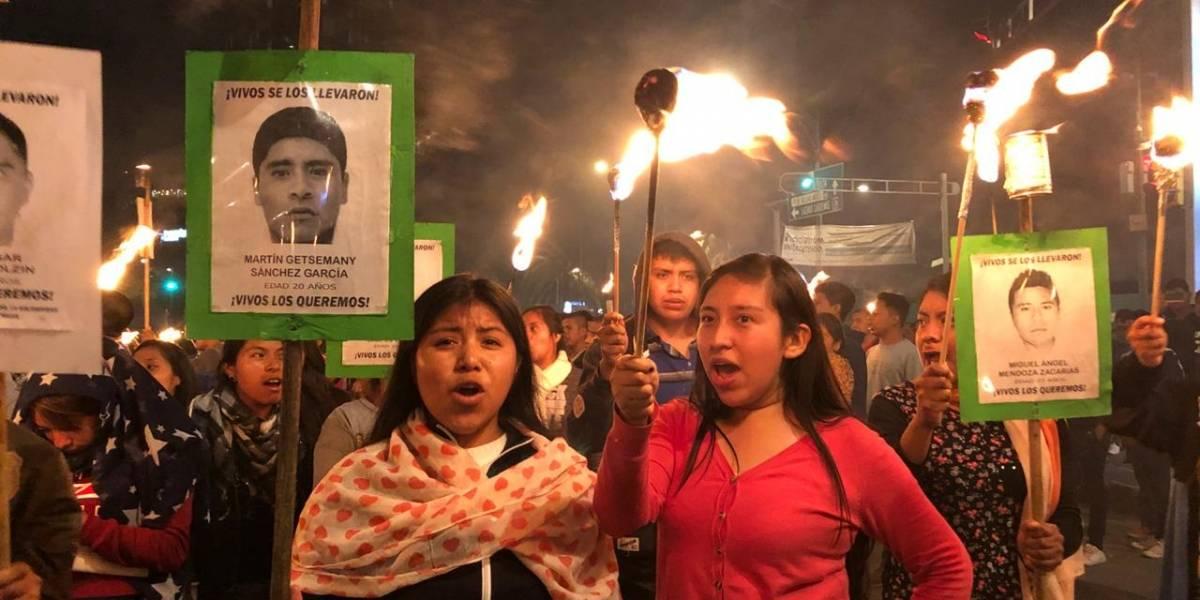 Con antorchas, protestan por el caso Ayotzinapa en Reforma