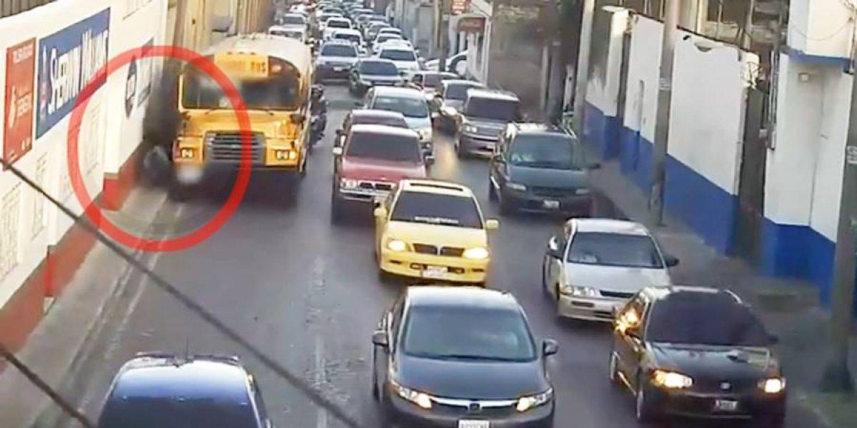 VIDEO. Ayudante de bus cae al suelo y le pasan las llantas encima