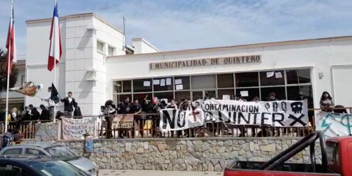 Crisis ambiental: estudiantes vuelven a irrumpir en la municipalidad de Quintero