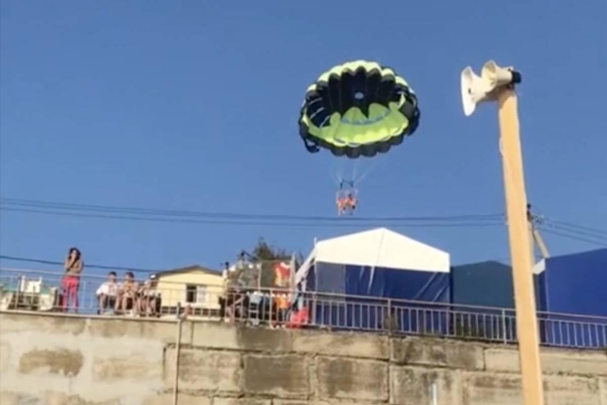Pareja sufre aparatoso accidente al descender en paracaídas