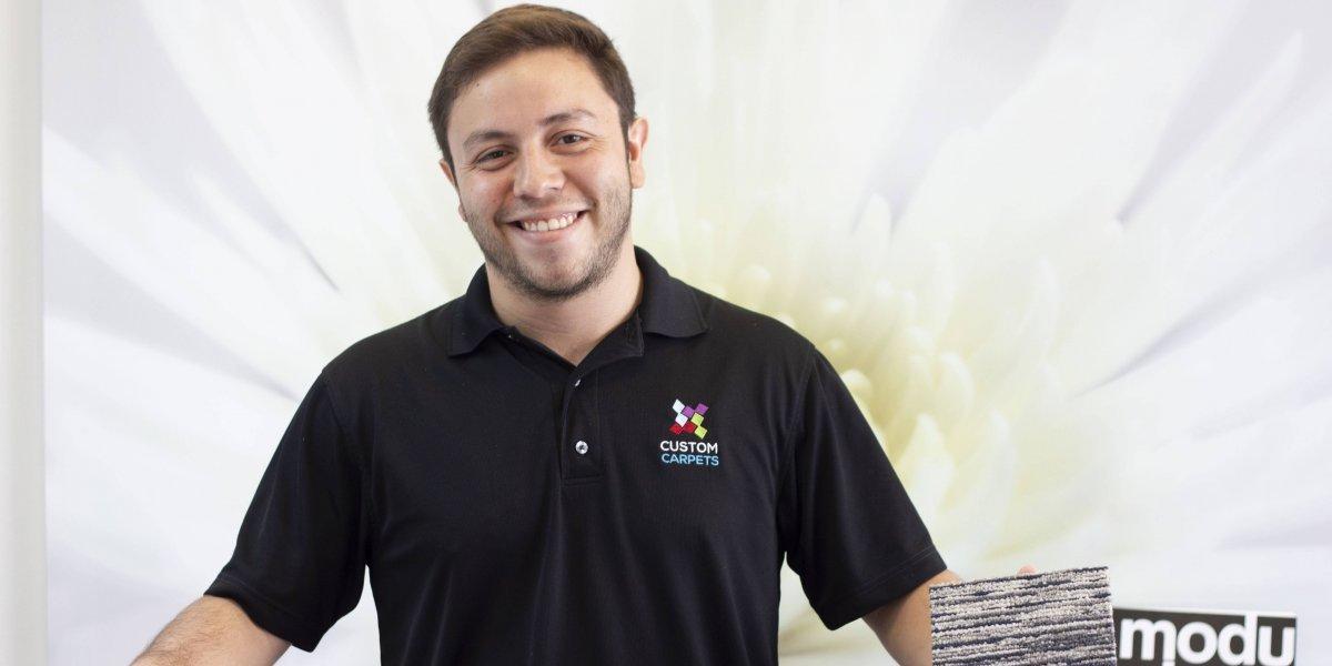 Joven empresario celebra el segundo aniversario de su compañía de alfombras
