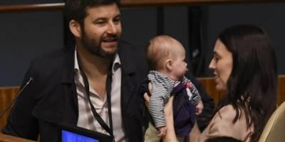 Clarke Gayford y Jacinda Ardern junto a su hija en la Asamblea General de la ONU