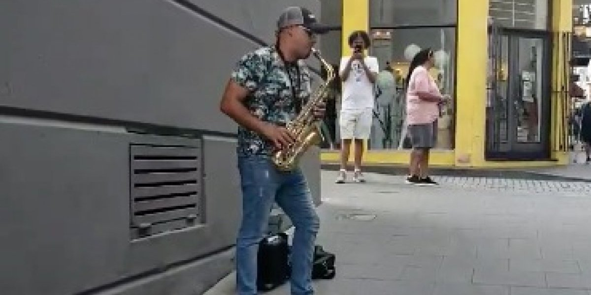 Viral canción de Ed Sheeran en saxofón por las calles de San Juan