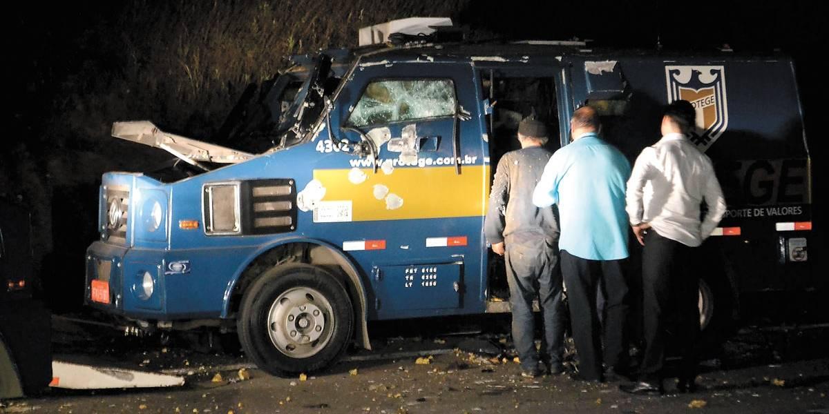 Carro-forte é roubado e explodido no Rodoanel