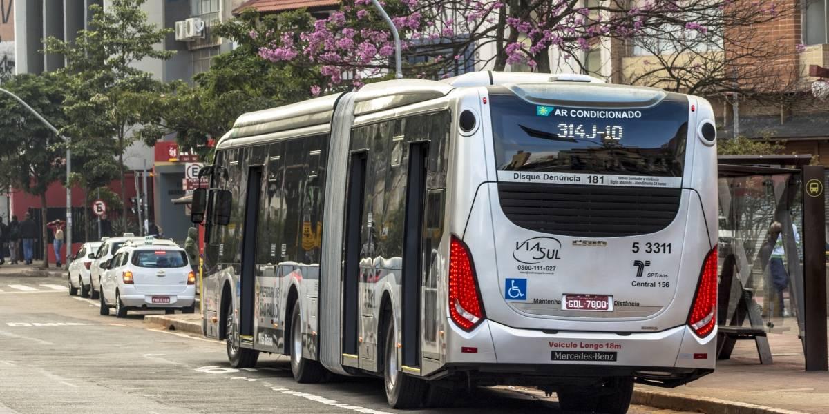 Seis ônibus municipais têm vidros quebrados durante a madrugada
