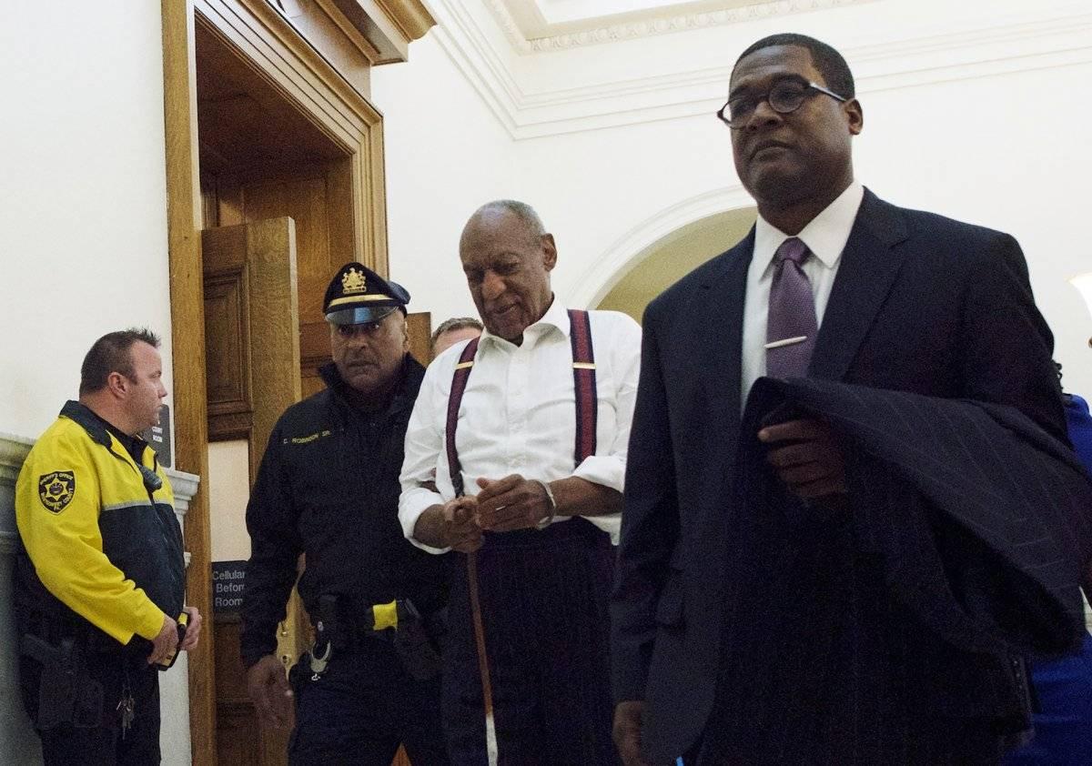 Bill Cosby, centro, sale de la corte tras ser sentenciado a entre tres y 10 años en prisión por abuso sexual el martes 25 de septiembre de 2018 en Norristown, Pensilvania. (Mark Makela/Pool Photo via AP)