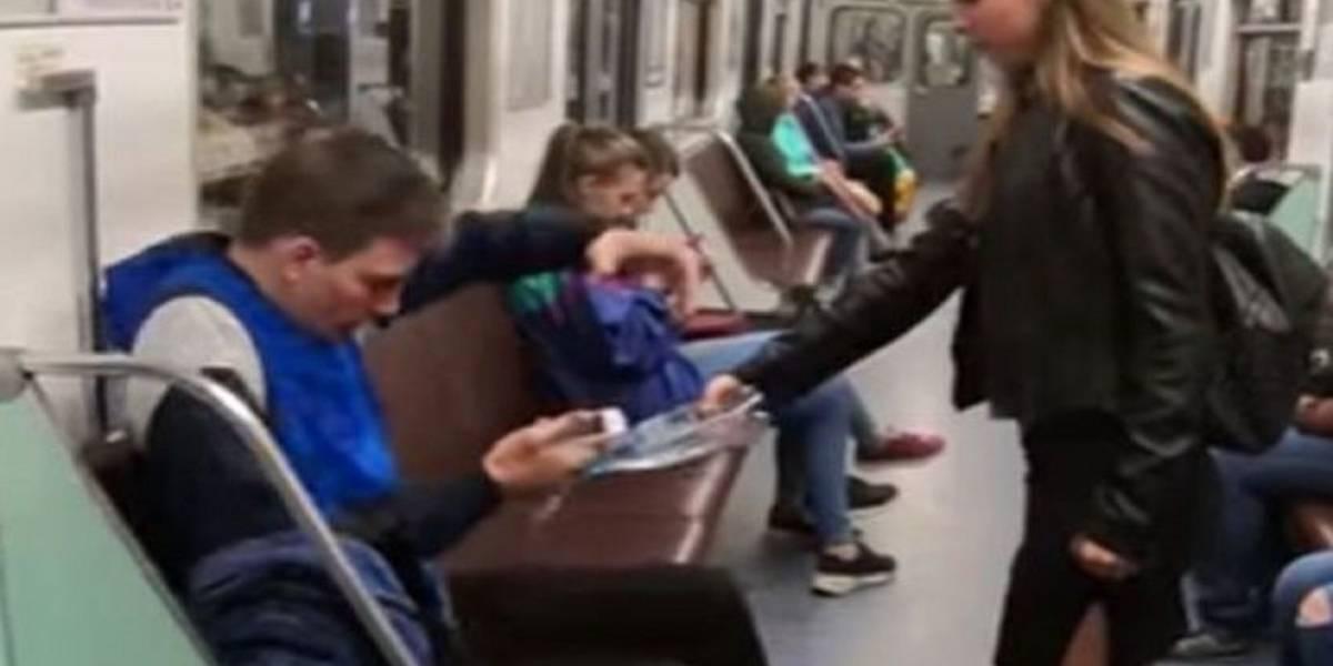 Activista lucha contra el 'manspreading' rociando cloro a hombres sentados en el metro