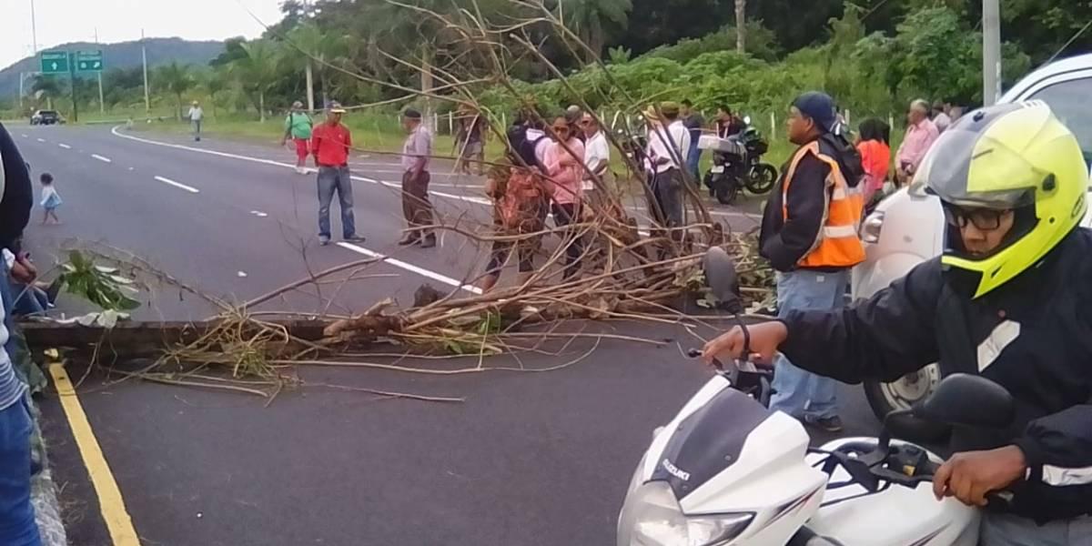Afectados por erupción realizan bloqueo en autopista Palín-Escuintla