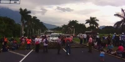 afectados por erupción bloquean autopista Palín
