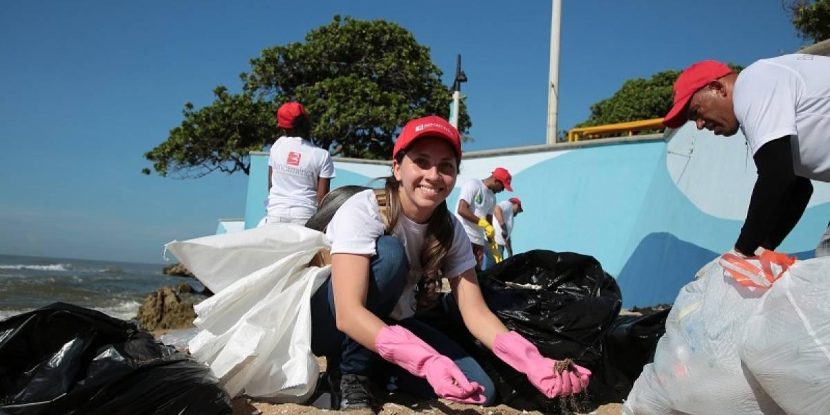 Empleados de Bancamérica realizan jornada de limpieza en playas de Sto. Domingo