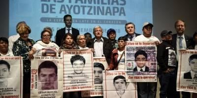 López Obrador junto a padres de Ayotzinapa