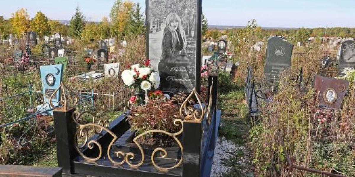Familia cumple insólito sueño de joven rusa: fue enterrada con una lápida en forma de iPhone y con su foto de fondo de pantalla