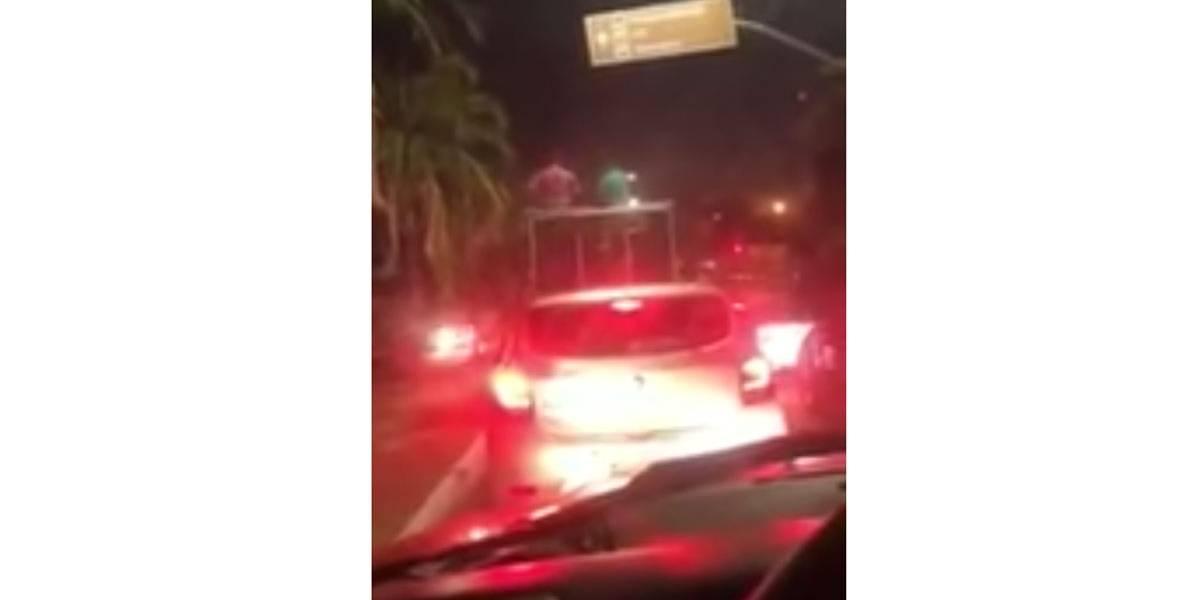 VÍDEO: Homem aluga trio elétrico para comemorar divórcio