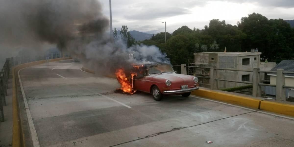 VIDEO. Vehículo clásico se incendia sobre puente Las Charcas, zona 11