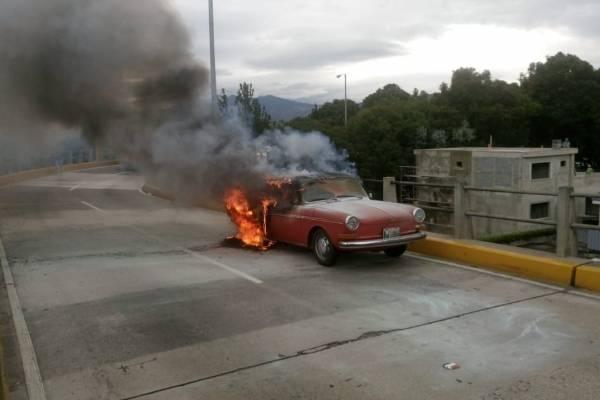 Vehículo incendiado en puente Las Charcas