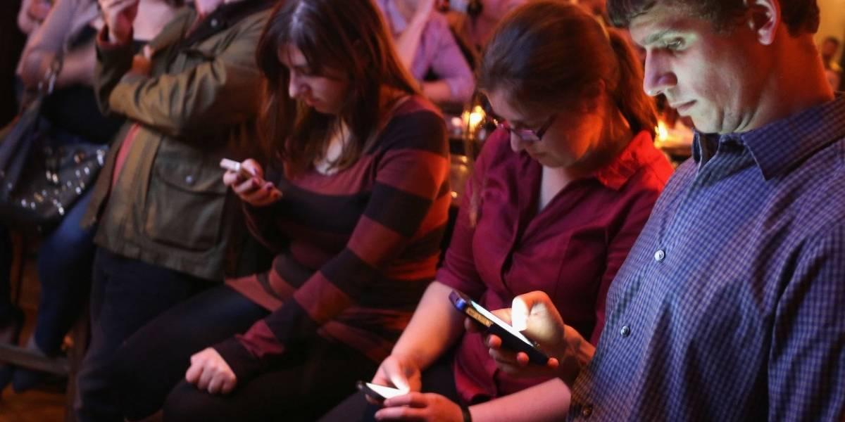 Pegados a la pantalla y comprando: radiografía al uso que millennials y centennials le dan a su smartphone