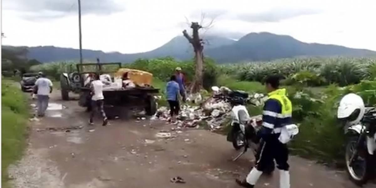 VIDEO. PMT de Villa Canales los sorprende tirando basura en la carretera y los obliga a recogerla