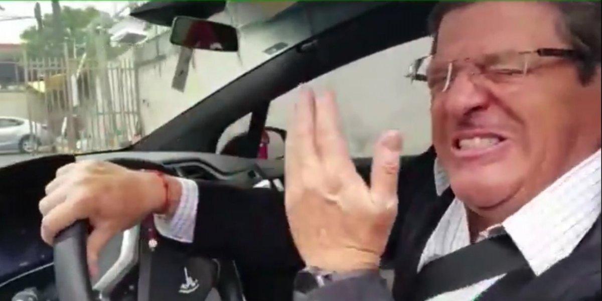 Miguel Herrera y Diego Lainez golpean sus carros por tratar de evitar a la prensa