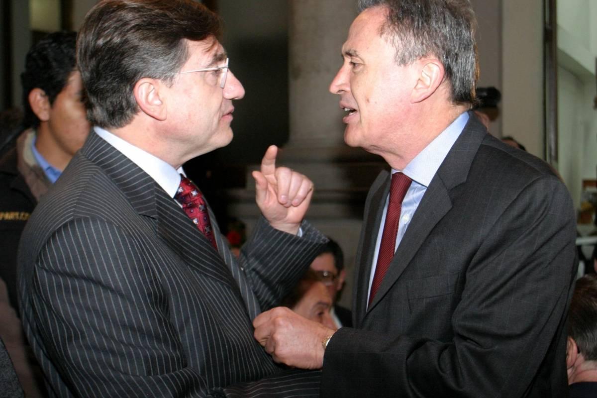 Los periodistas José Gutierrez Vivo y Ricardo Rocha, durante la ceremonia del Premio Nacional de Periodismo del Club de Periodista en 2006 Foto: Cuartoscuro