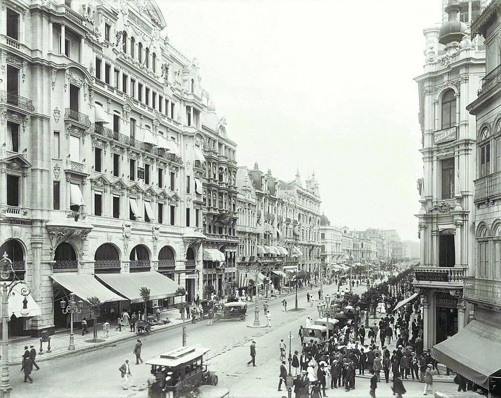 Avenida Central com rua do Ouvidor em 1906