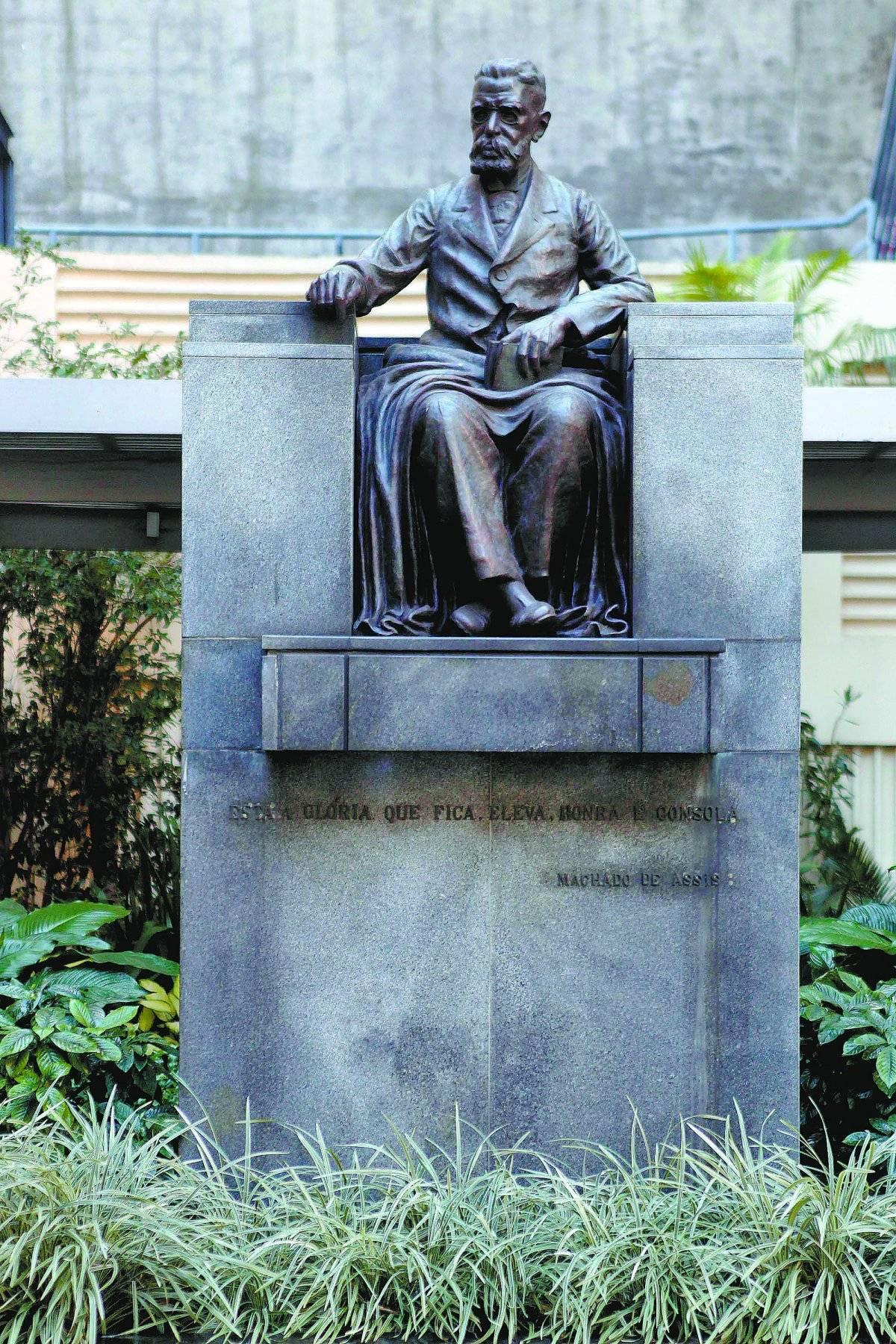 Estátua de Machado em frente à ABL, que autor fundou