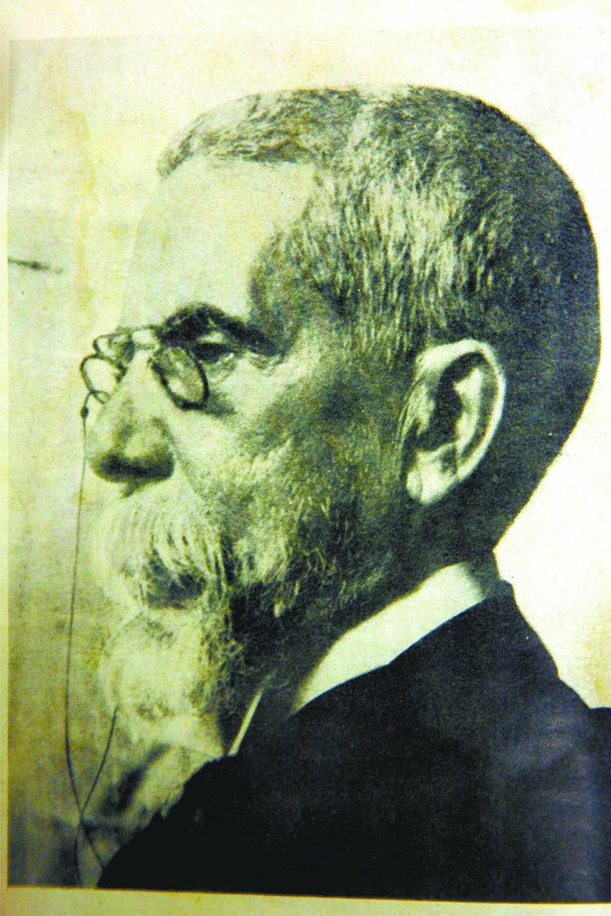 Machado de Assis em foto de perfil de 1904
