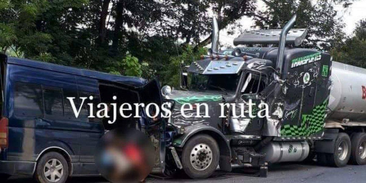 Autobús y camión chocan de frente en Izabal; hay al menos cuatro muertos
