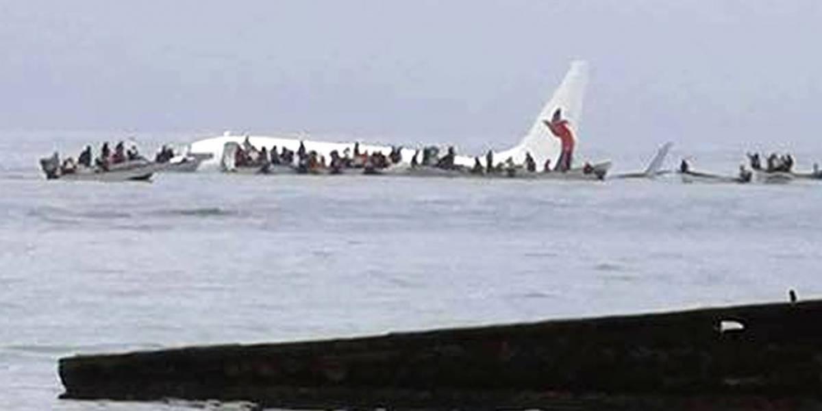 Milagro en el Pacífico: avión se sale de la pista y aterriza de emergencia en pleno mar en Micronesia