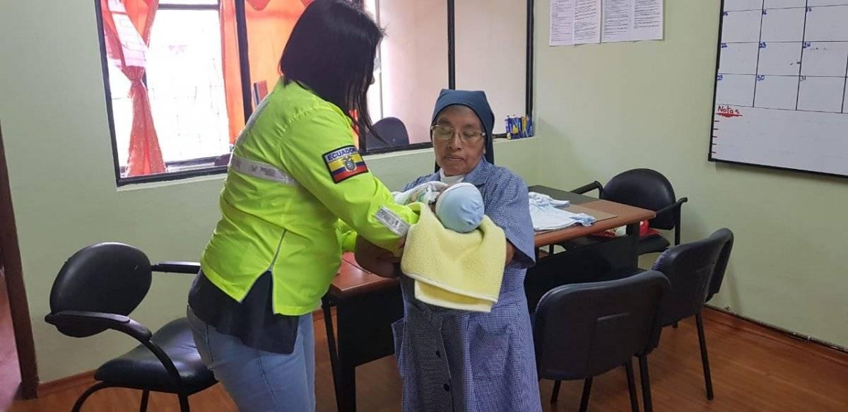 Rescatamos un bebé de 24 horas de nacido, abandonado en el sector del Valle de los Chillos.