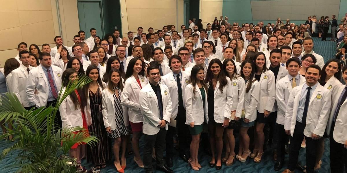 Escuela de Medicina de la UPR viste de blanco a 110 futuros médicos