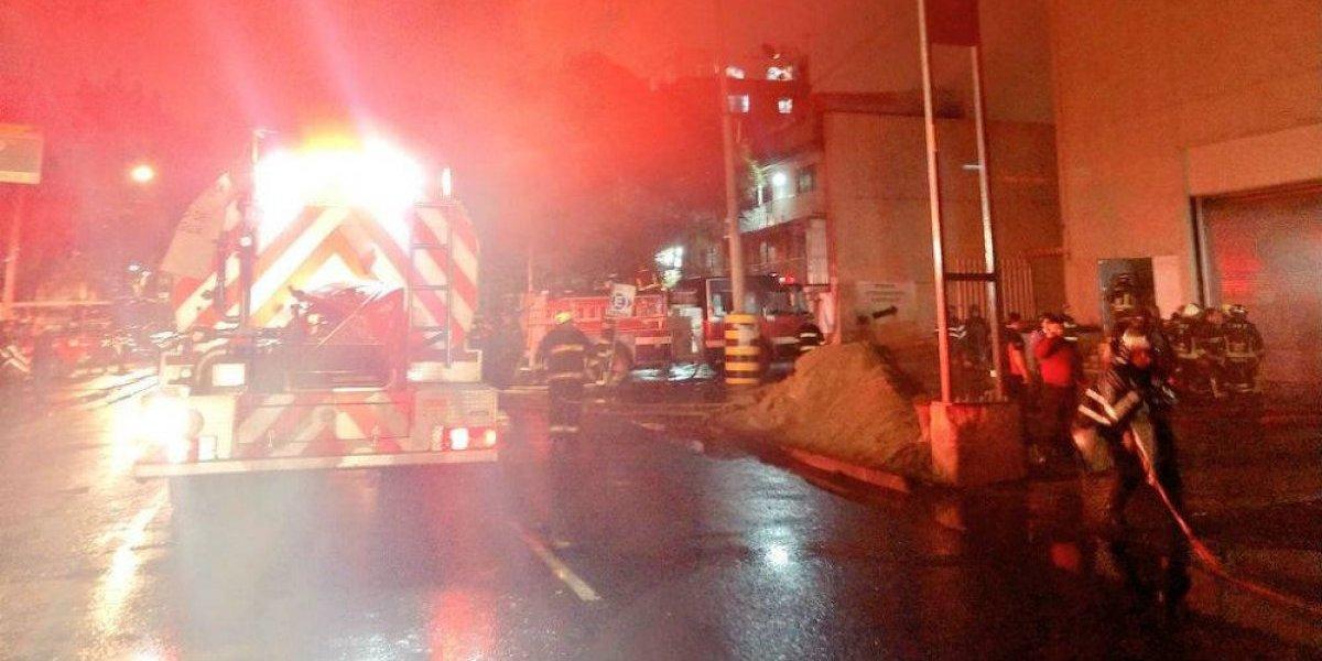 Desalojan a 800 personas por incendio en centro comercial