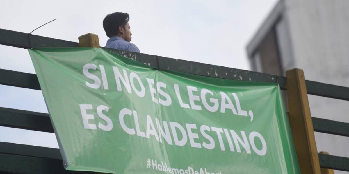 Colocan mantas pro aborto en la Ciudad por un motivo conmemorativo
