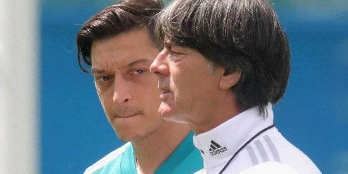VIDEO. ¿Están peleando? Özil rechaza la visita del técnico alemán Joachim Low